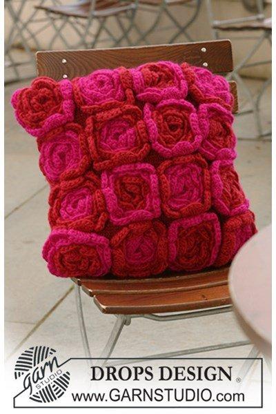 Brei- en haakpatroon kussenhoes met gehaakte bloemen